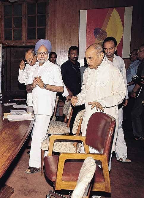 Prime Minister PV Narasimha Rao with his FInance MInister Manmohan Singh. (Source: Facebook/RV Narasimha Rao)