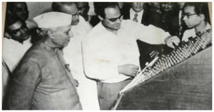 Mitra demonstrating India's first indigenous computer, an electronic analogue computer, to the Prime Minister of India, Pandit Jawaharlal Nehru,