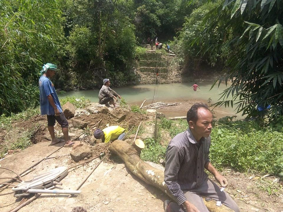 Villagers working on building the hanging bridge. (Source: Aching Zeme)