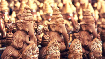 Go Green This Ganesh Chaturthi_ Mumbaikar Distributes 1000 Clay Idols for Free!