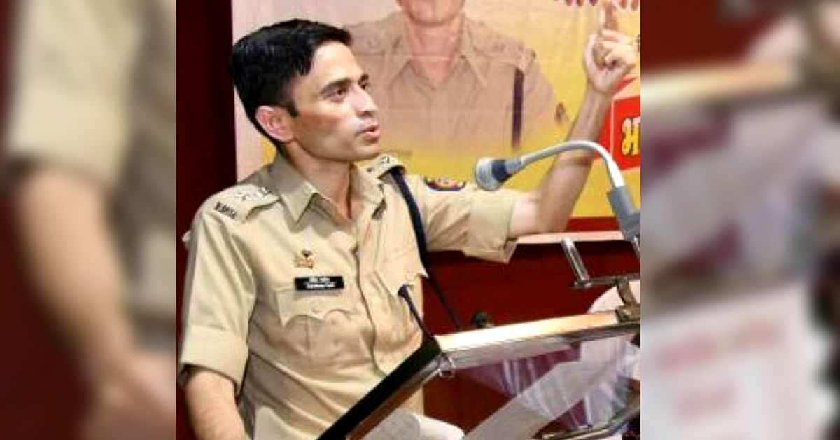 Pune IPS Officer Refuses Bouquets, Asks for Books. The Reason Will Warm Your Hearts!
