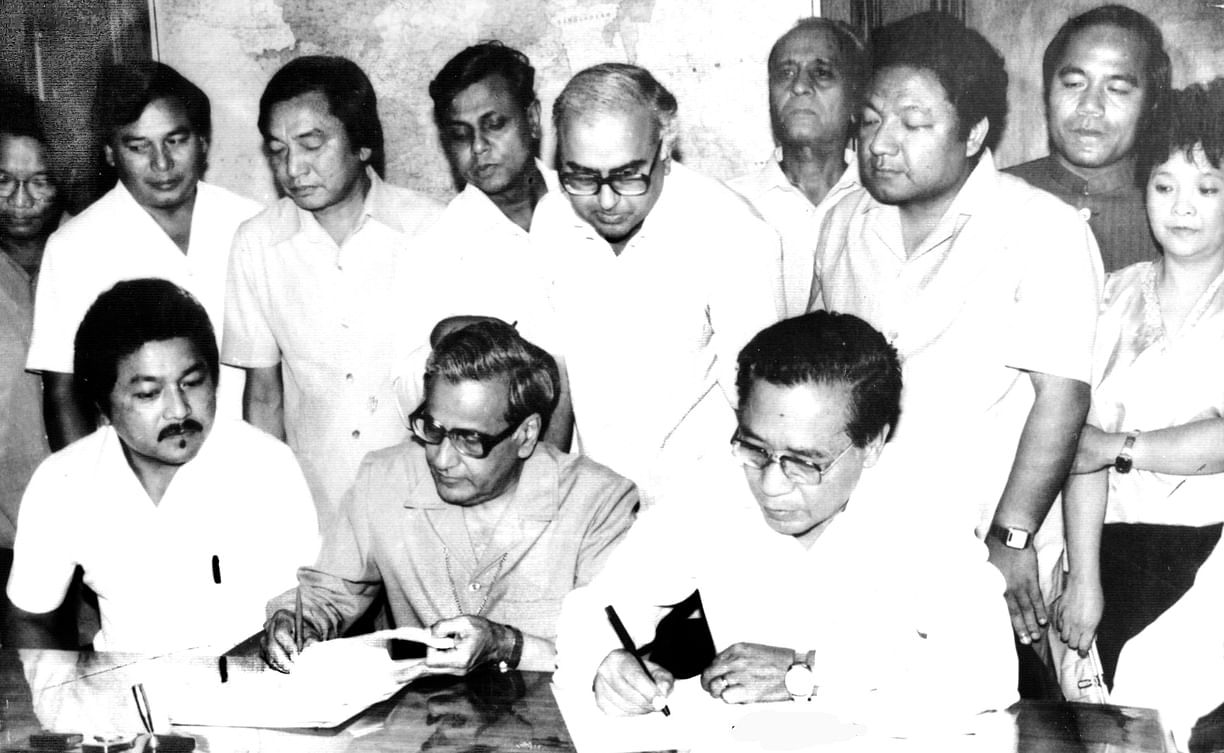 Historic signing of the Mizoram Peace Accord by then Home Secretary RD Pradhan and MNF chief Laldenga. (Source: Chief Minister Online)