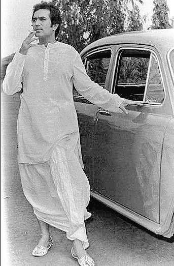 Rajesh Khanna wearing dhoti-kurta, jootis and smoking a cigarette. (Source: Facebok/Rajesh Khanna)