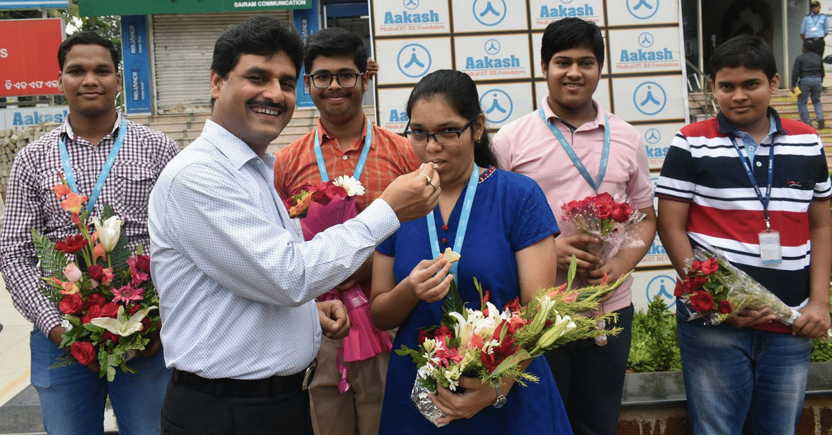 Tea Seller-Turned-Mentor in Odisha Helps 18 Poor Students Make It To Medical School!