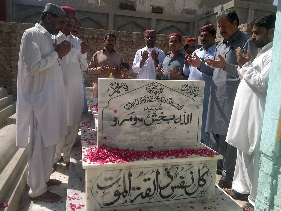 Locals paying their respects at Allah Bux Soomro's grave. (Source: Facebook/Manzoor Parwaz)
