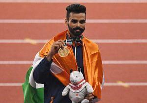 Arpinder Singh posing with his gold medal in triple jump. (Source: Twitter/Sachin Tendulkar)