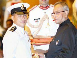 Dingko Singhr receiving the Padma Shri from former President Pranab Mukherjee. (Source: Facebook/ Addy Highlanderer)