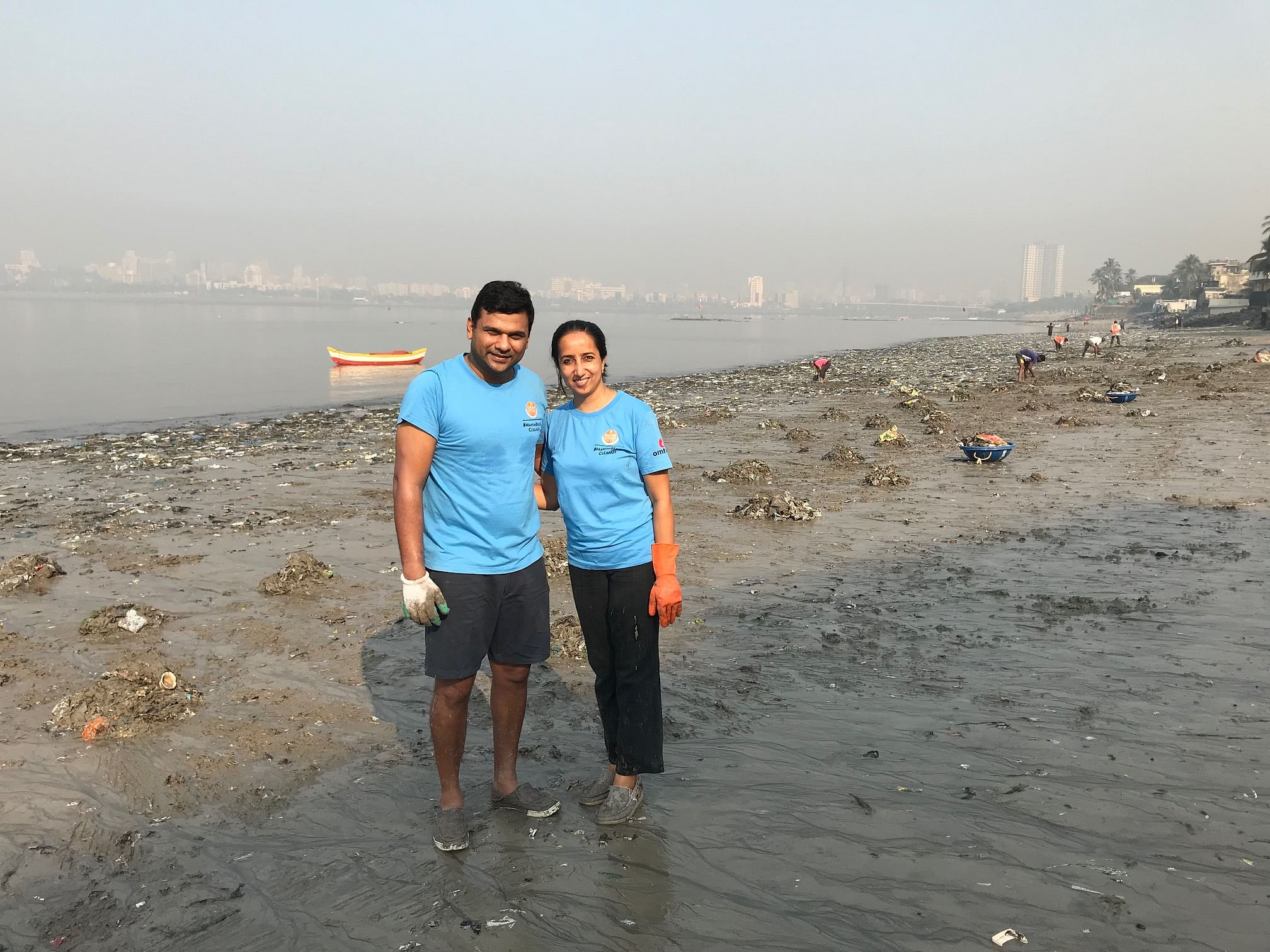 Clearing 500+ Tonnes of Garbage, Mumbai Couple Keeps Mahim Beach 'Alive'!