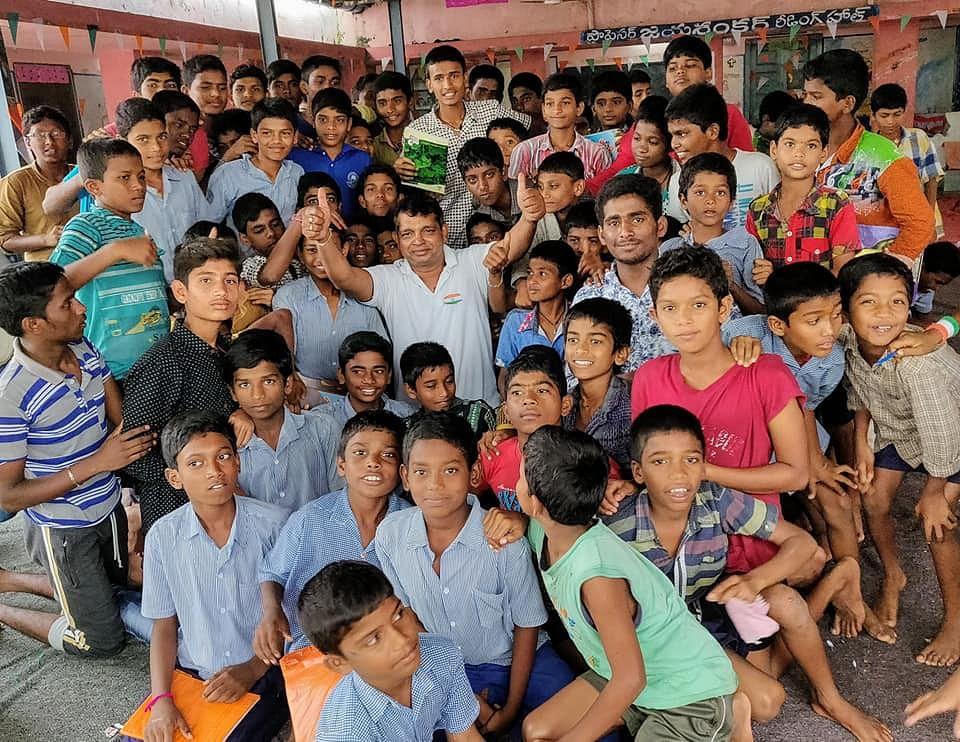 Mannem Sridhar Reddy with school children in his hometown of Miryalaguda. (Source: Facebook/Mannem Sridhar Reddy Siddhu)