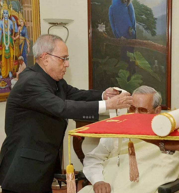AB Vajpayee being conferred with the Bharat Ratna by former President Pranab Mukherjee. (Source: Facebook/Anupam Sahoo)