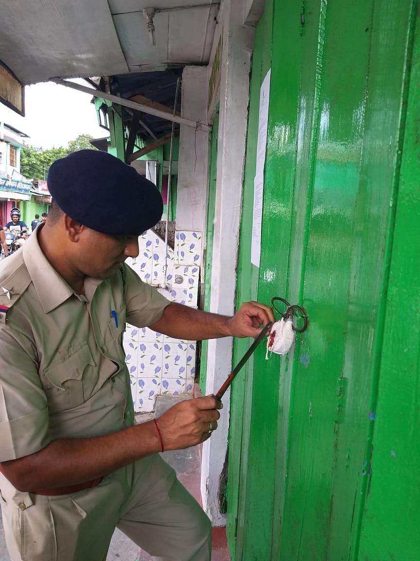 Shops of erring food vendors being sealed. (Source: DM Alipurduar)