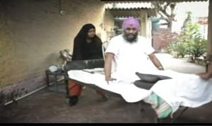 Nirbhay Singh with his wife. (Source: YouTube still)