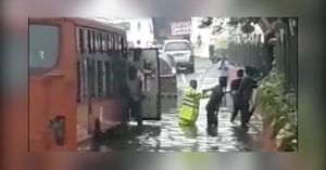 Delhi Cop helps Passengers from stranded bus