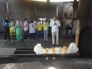 Ravi Kalra leading the cremation process for the unclaimed and unidentified. (Source: Facebook/Ravi Kalra)
