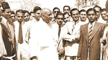 Sardar Patel with the first batch of IAS officers Post- Independence. (Source: Twitter)