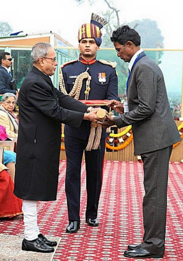 K Prasad Babu's father collecting the Ashok Chakra on behalf of his martyred son from former President Pranab Mukherjee on Republic Day, 2014. (Source: Facebook)