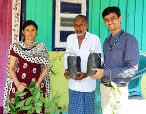 Pooja Bohra and Ajit Arun Waman distributing the blood fruit seedlings to a farmer. (Source: India Science Wire)