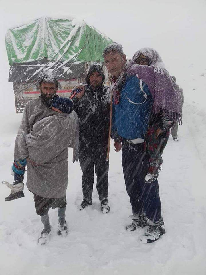 """We appreciate this Jammu & Kashmir Traffic Cop who risked his life to save stranded passengers on Historical Mughal Road Shopian at Pir ki Gali where five feet snow accumulated,"" said J&K Police. (Source: Twitter)"