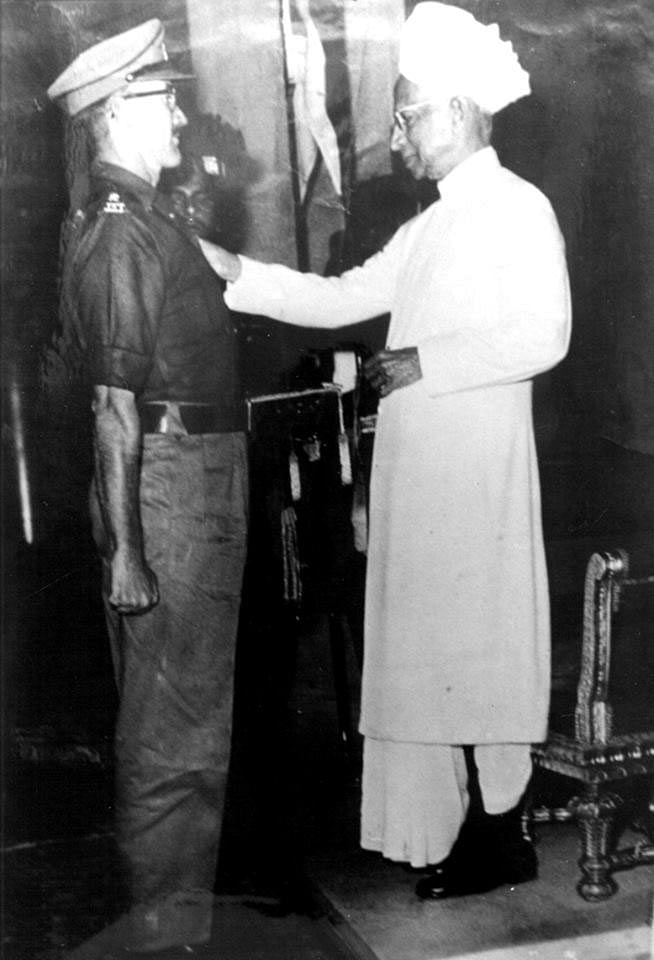 Lieutenant Colonel Hayde is awarded the Mahavir Chakra from President Dr S Radhakrishnan. (Source: Facebook/Indian Army)