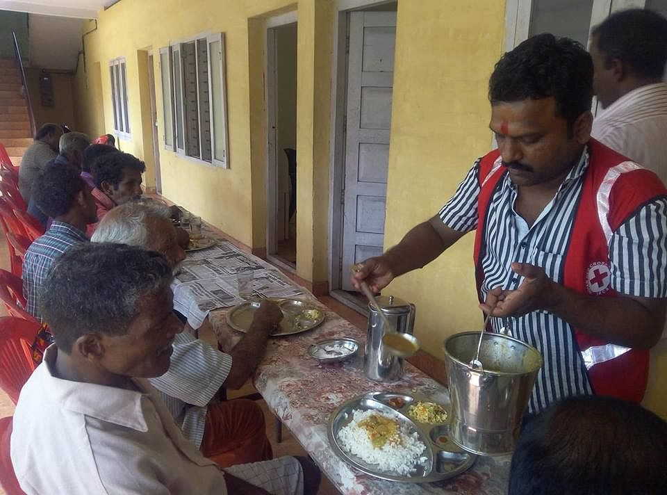 A Red Cross volunteer serving food to the needy. (Source: Facebook/Satish Singh Pingal)
