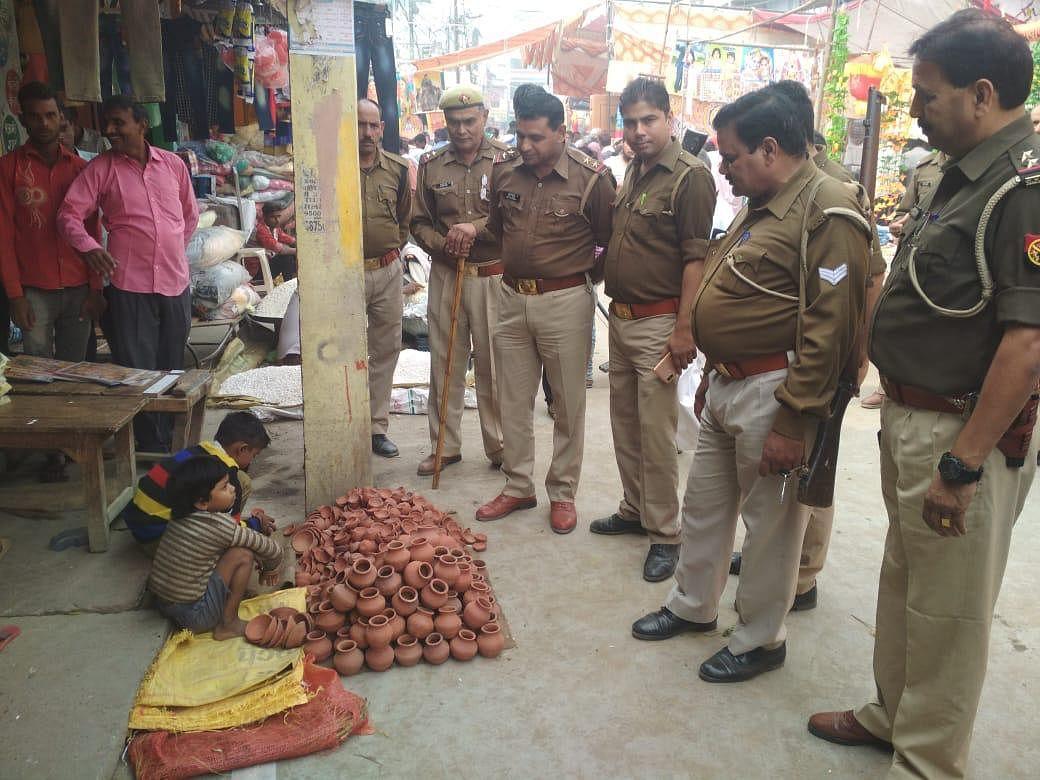 The two kids selling diyas in Amroha, Uttar Pradesh, to local policemen. (Sourc: Twitter/Hatinder Singh)