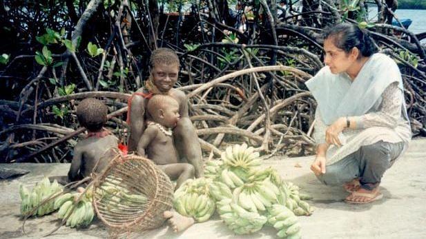Madhumala interacting with a Jarawan women and her children (Source: Facebook/Madhumala Chattopadhyay)