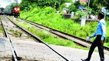 Alert Motorman Acts Swiftly to Save 3 Students Who Had Slipped on Train Tracks!