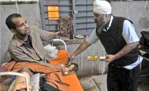 Gurmeet Singh feeding a patient. (Source: Twitter/Real Heroes)