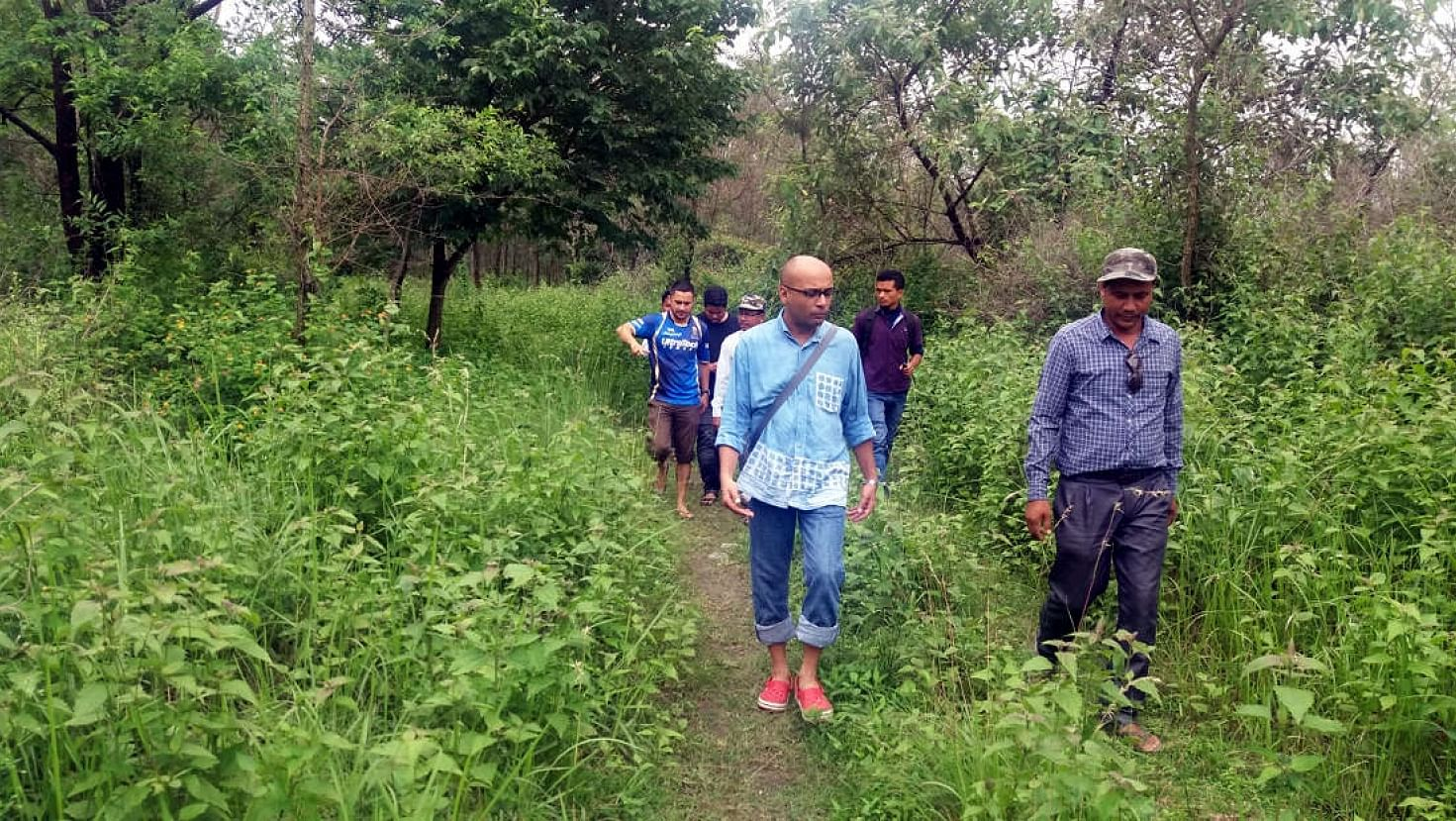 Joint Forest Management Committee of Bhairabkhunda Reserve Forest taking visitors on a tour. (Source: Balipara Foundation)