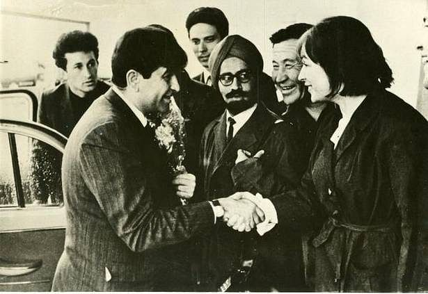 Raj Kapoor at the Moscow Airport with Soviet film actress Clara Luchko welcoming the Indian movie star. (Source: PIB)