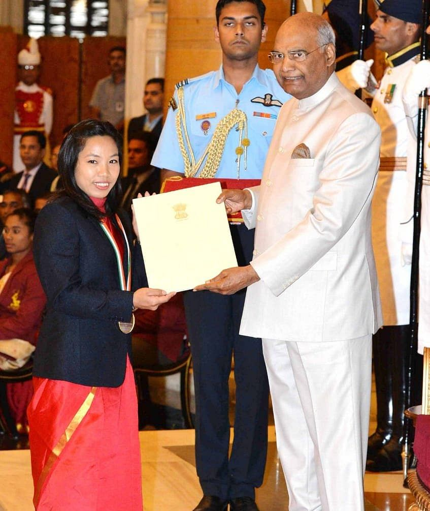 Mirabai Chanu receiving her Khel Ratna award from President Ram Nath Kovind. (Source: Twitter)