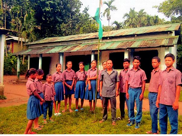 Students standing outside the dilapidated school. (Source: Milaap)