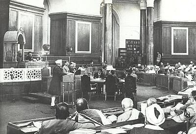 Constituent Assembly members discussing the Draft Constitution. (Source: CADIndia)