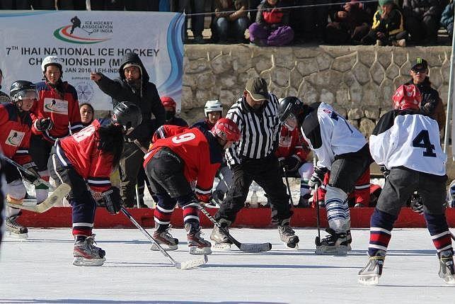 Women players playing at 2016 IHAI National Ice Hockey Championship. (Source: IHAI)