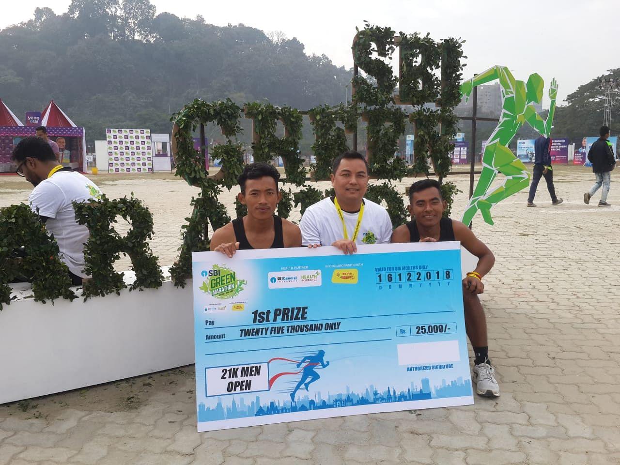 Batsrang Sangma (Extreme Left), won the 2018 Guwahati Half Marathon.