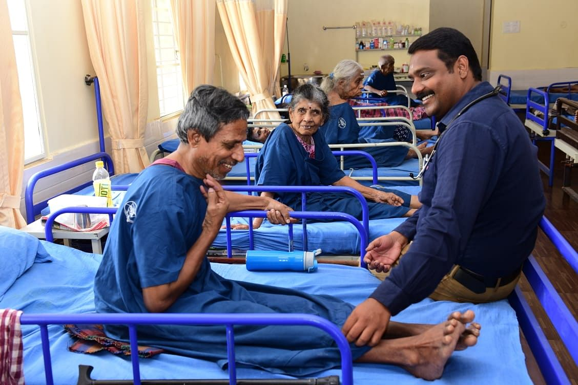 Dr Balaguruswamy with a patient. (Source: Aishwaryam Trust)