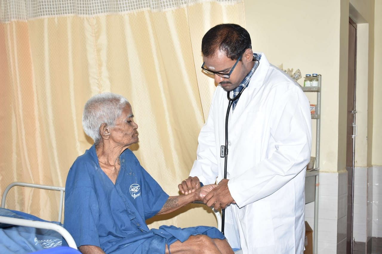 Dr Manikandan with a patient. (Source: Aishwaryam Trust)