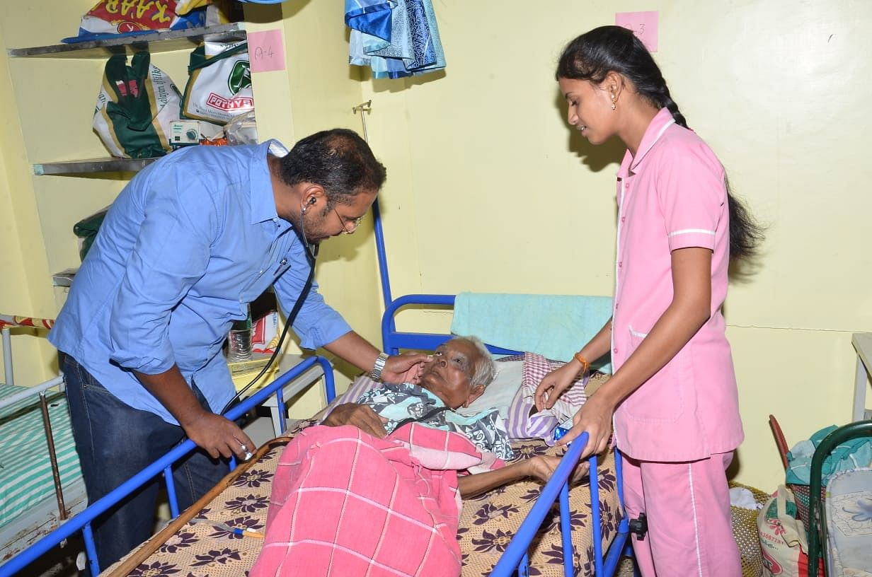 Dr. R Amudhanilavan treating a patient. (Source: AIshwaryam Trust)