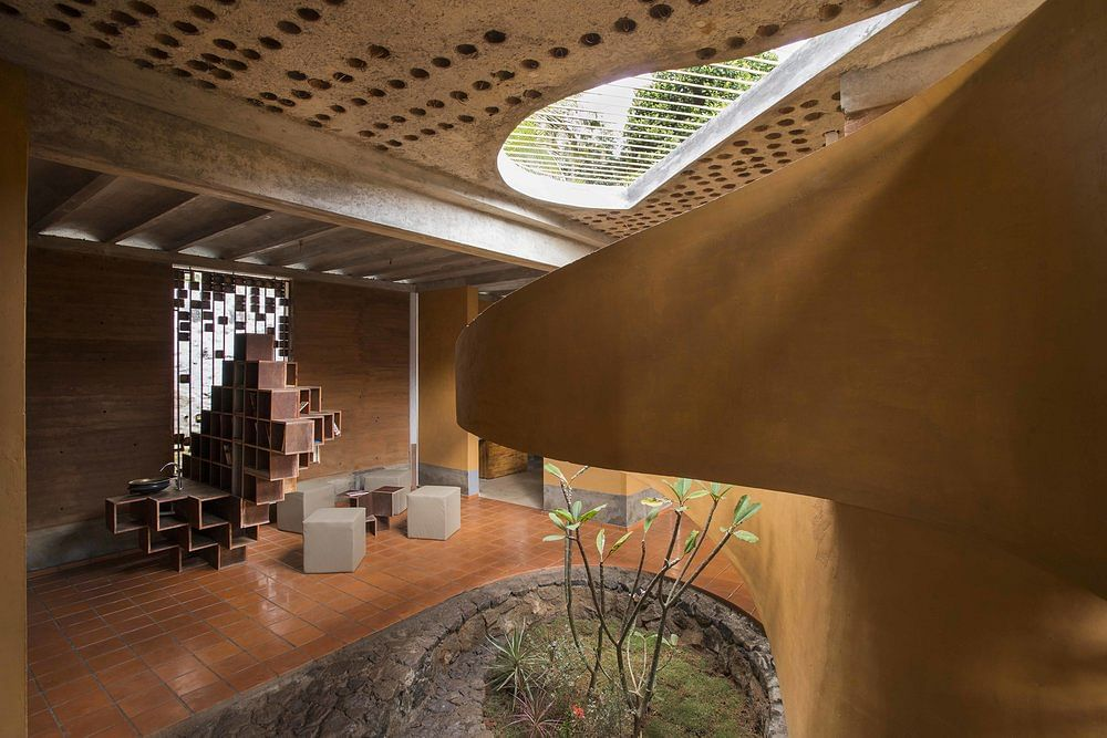 The focal point of the structure is the central courtyard enveloped by the debris wall, which begins at the entrance, goes in the house and winds up in the balcony of the upper bed room. (Source: Wallmakers)