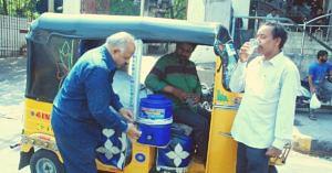 Saleem serving chilled water to fellow Hyderabadis (Source: Facebook/News Waah)