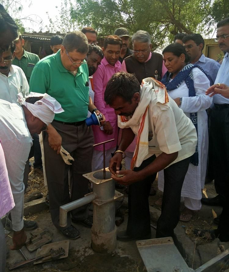 Anjan Mukherjee assisting locals with installing Taraltec Disinfection Reactor. (Source: Taraltec Solutions)