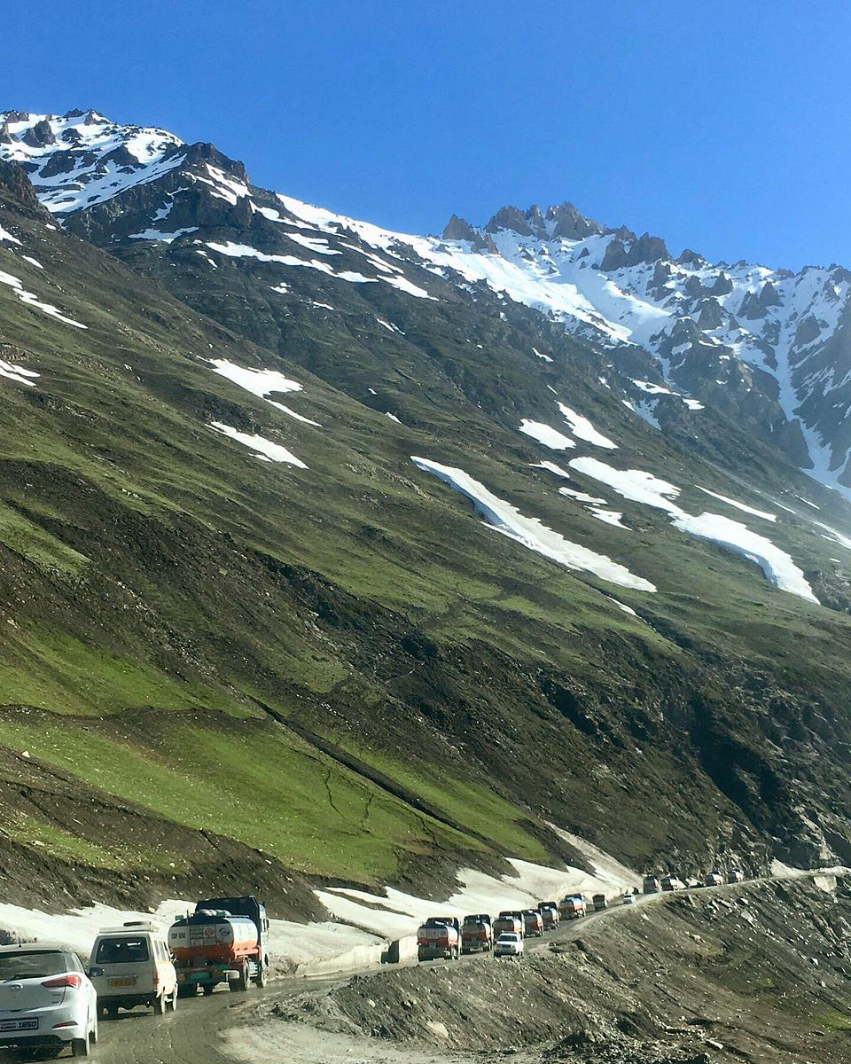 Driving through Zojila pass today. (Source: Twitter/Javed Parsa)