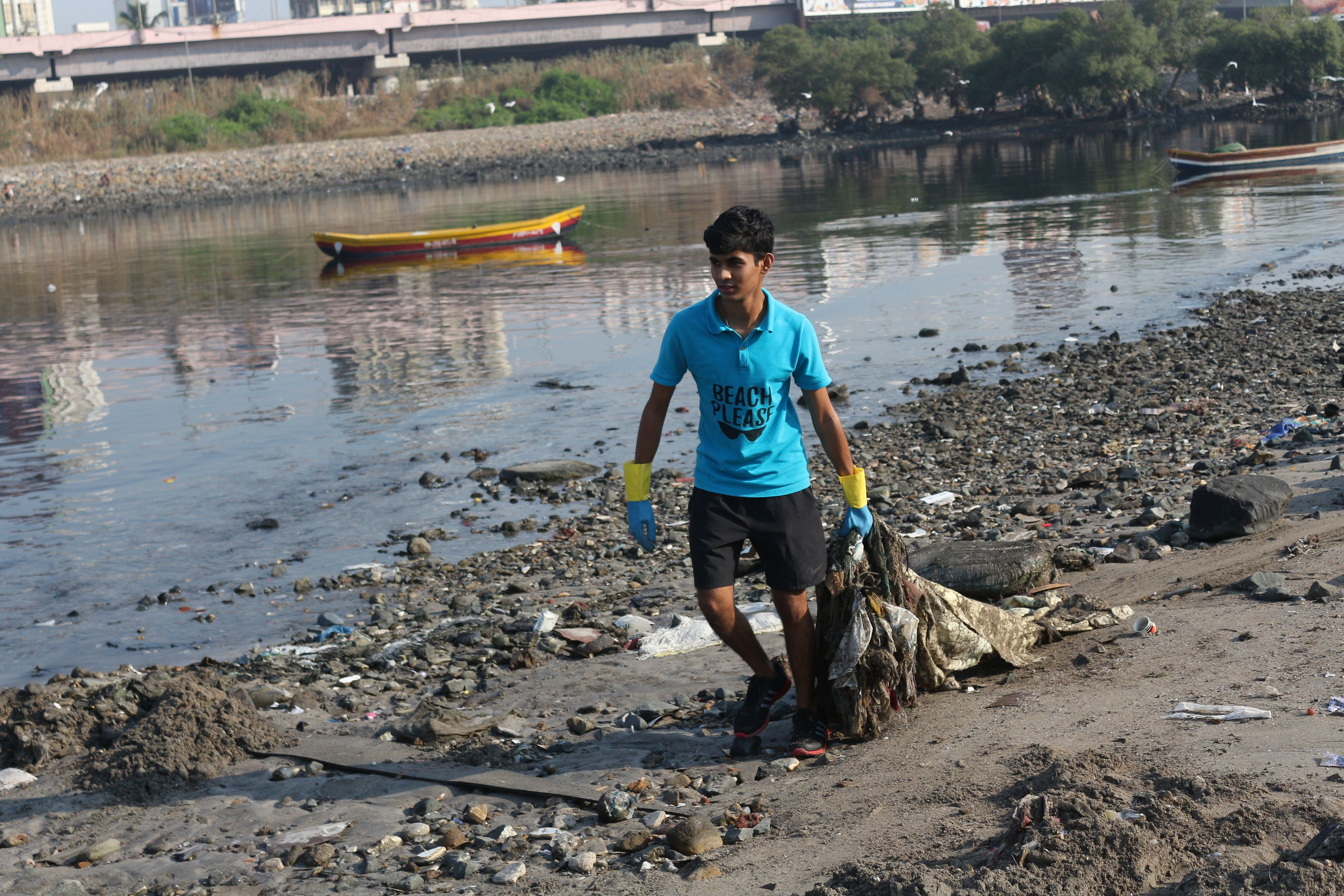 Cleaning up the trash at Mithi River. (Source: Beach Please)