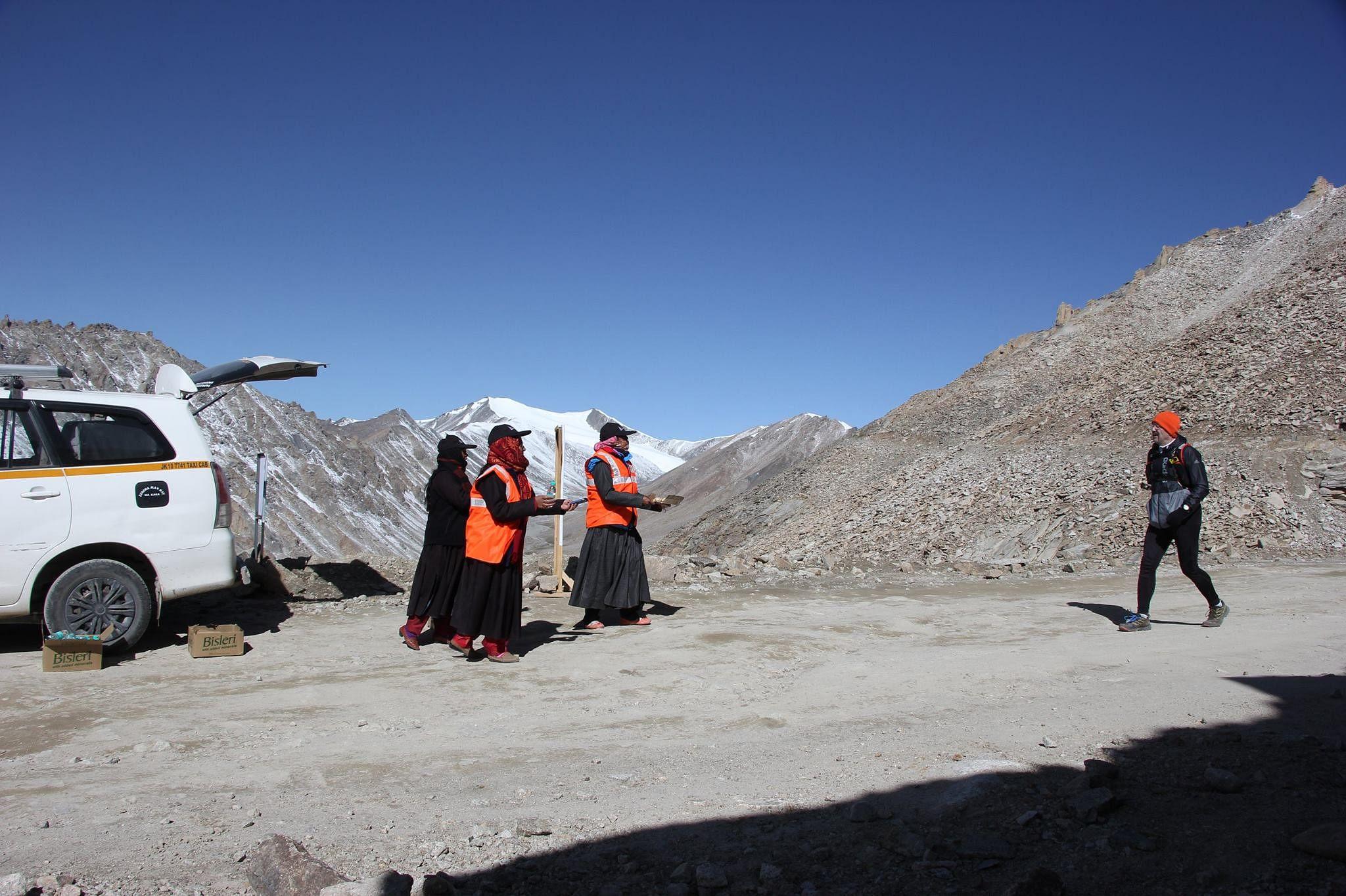 Volunteers at 17,400ft. (Source: Ladakh Marathon)