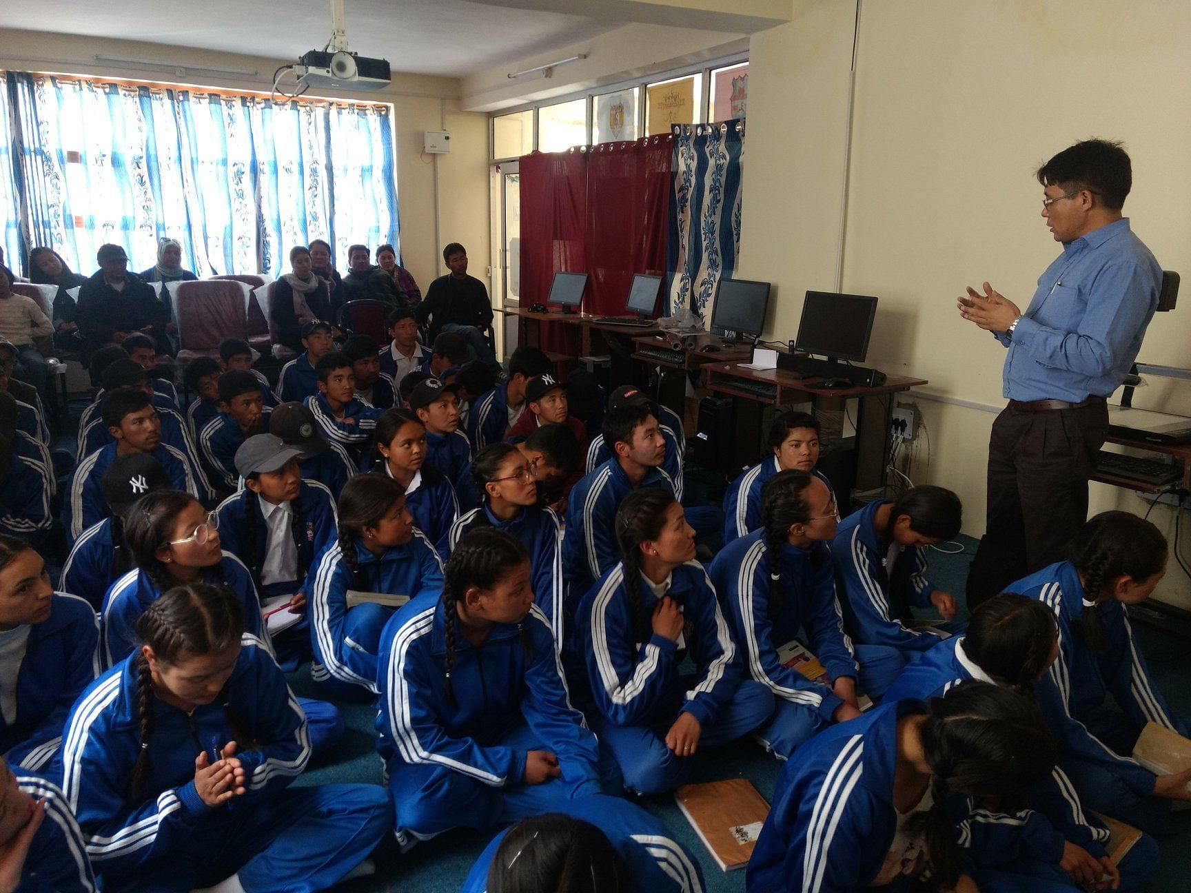 Tsering Tashi addressing students. (Source: Ladakh Science Foundation)