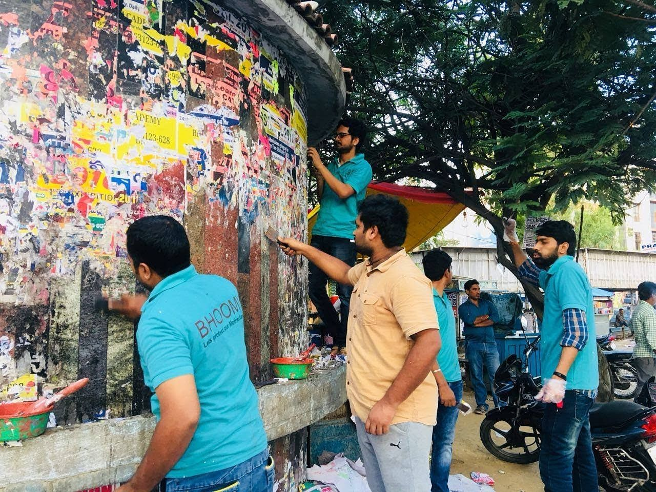 Bhoomi Foundation volunteers cleaning up public walls. Without them, Tejaswi wouldn't have been able to continue in her pursuit.