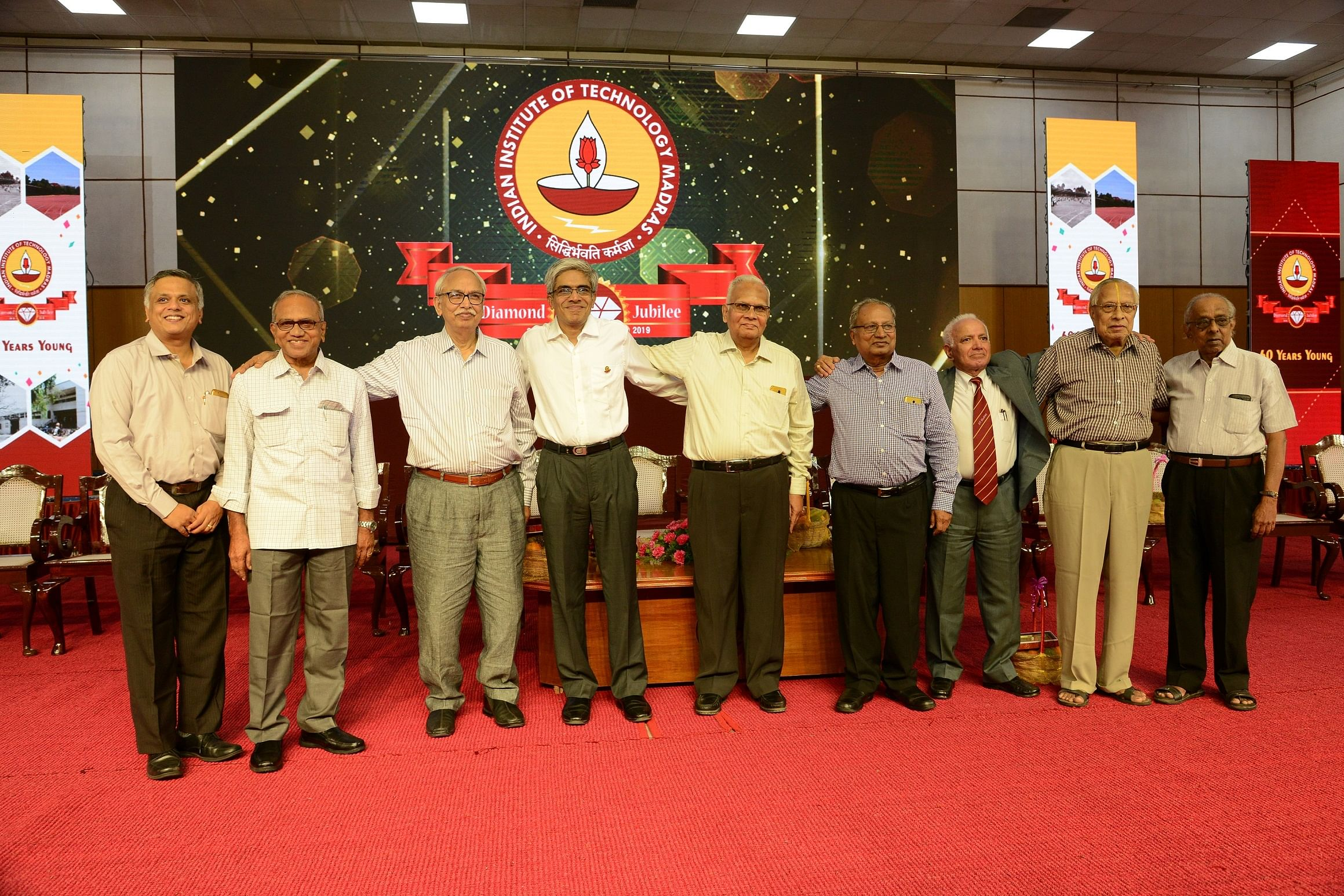 Prof. Bhaskar Ramamurthi, Director, IIT-M with the first batch that graduated from the Institute in 1964 during Diamond Jubilee celebrations. (Source: IIT Madras)