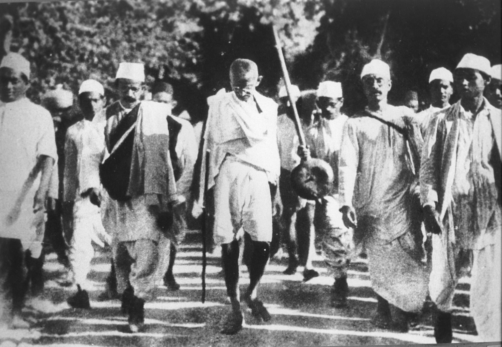 Krishna Nath Gandhi (on the right of Mahatma Gandhi) walking alongside Gandhi during the Dandi March. (Source: Twitter)