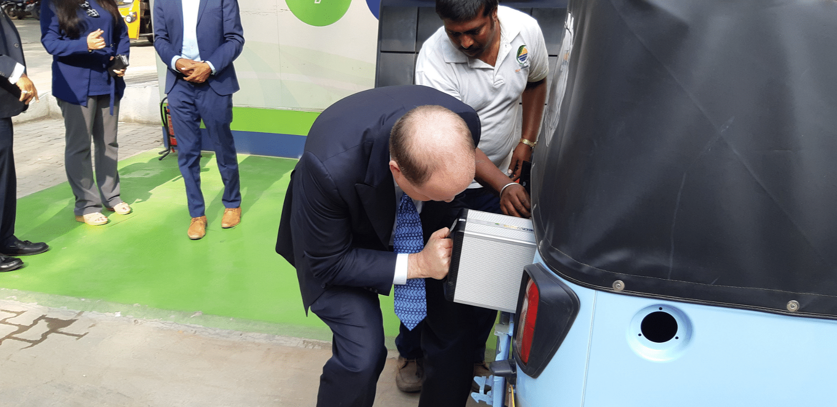 Inserting the swappable battery into the auto rickshaw. (Source: Twitter/SUN Mobility)