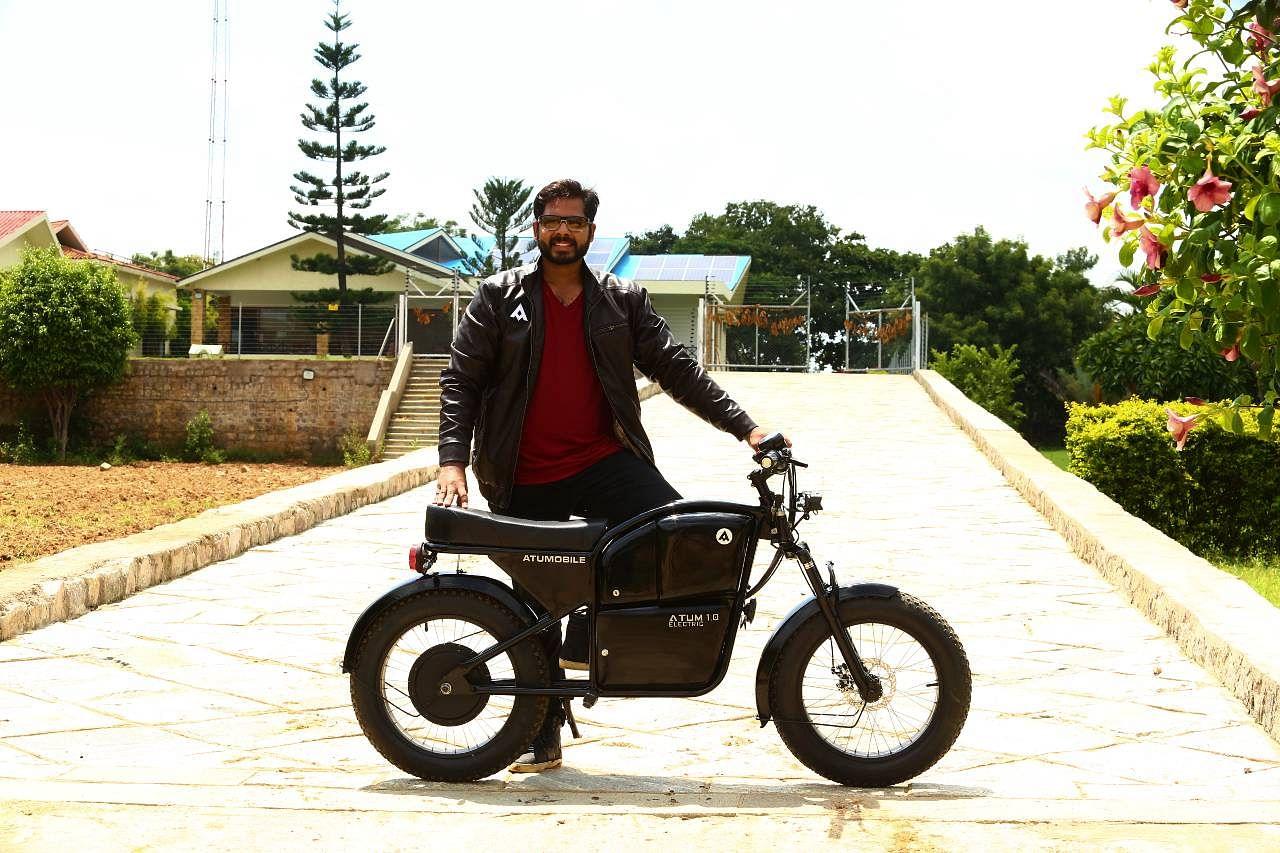 Sem carteira de habilitação para andar com esta bicicleta elétrica que percorre 100 km com uma só carga 2